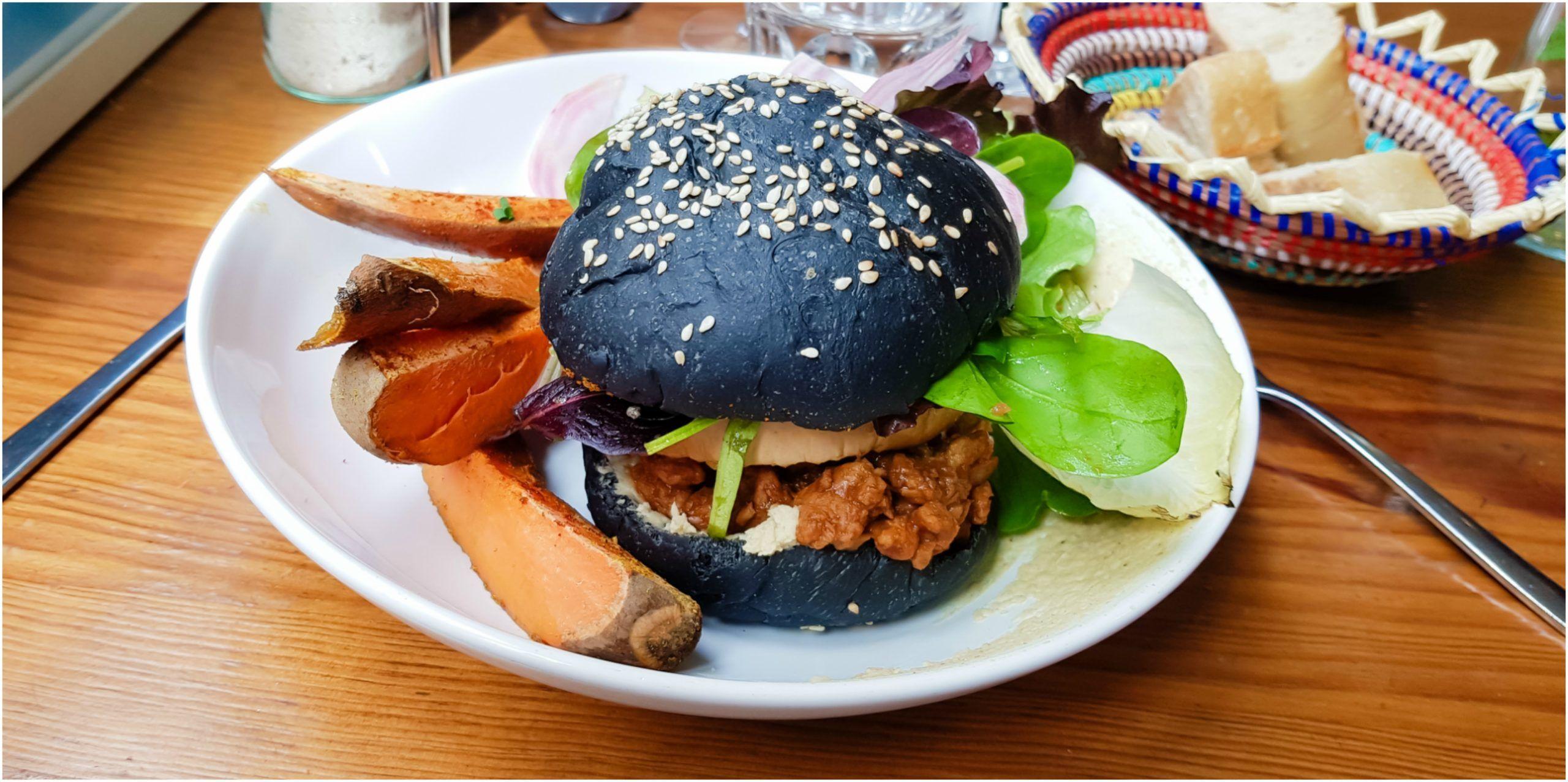 burger végétalien avec bun charbon